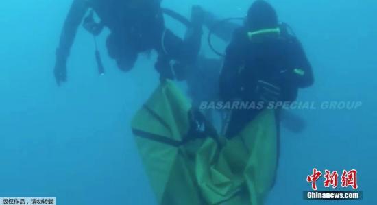 资料图:2018年11月4日讯,印尼失事客机残骸打捞工作持续,潜水员在印尼狮航客机失事海域收集客机残骸。(视频截图)