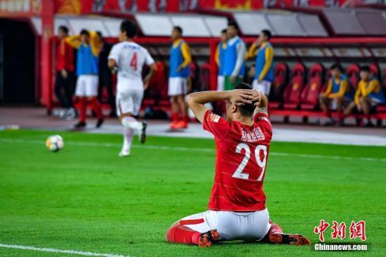 11月3日晚,广州恒大淘宝球员郜林错失进球。当晚,2018年中超联赛第28轮赛事展开,广州恒大淘宝主场4比5不敌上海上港。 记者 陈骥旻 摄