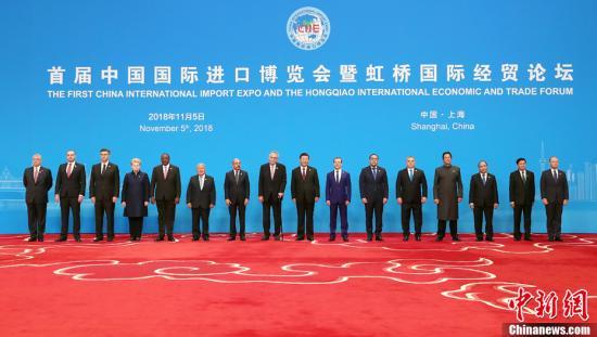 11月5日,首届中国国际进口博览会开幕式在上海国家会展中心举行,中国国家主席习近平出席开幕式并发表主旨演讲。图为开幕式前,习近平同外方领导人集体合影。<a target='_blank' href='http://www.chinanews.com/'>中新社</a>记者 毛建军 摄