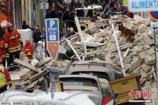 当地时间11月5日,法国马赛一栋建筑发生倒塌,消防员携搜救犬在事故现场搜寻可能被埋的居民。目前暂无人员伤亡报道。