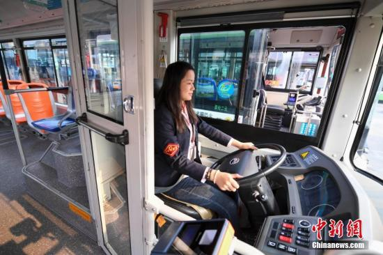 11月5日,湖南长沙123路的公交女司机蒋晓玲在透明的驾驶隔离区驾驶汽车。近日,长沙部分新型公交车增设了驾驶室隔离装置,保障司机开车免受干扰。<a target='_blank' href='http://www-chinanews-com.wlcoo.com/'>中新社</a>记者 杨华峰 摄