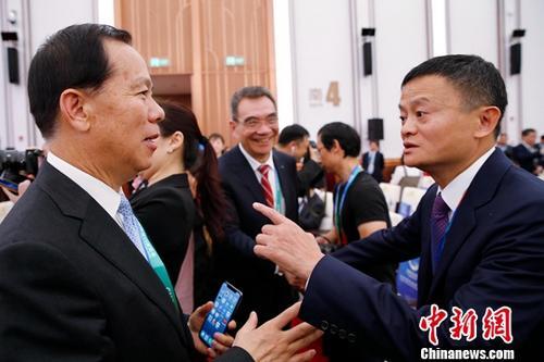 資料圖:阿裡巴巴集團董事局主席馬雲(右)出席進博會開幕式。中新社記者 殷立勤 攝
