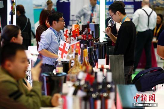 11月6日,观众在进博会食品及农产品展区内的格鲁吉亚展台品尝红酒。11月5日,首届中国国际进口博览会在上海开幕,来自130多个国家和地区的3000多家企业前来参展。<a target='_blank' href='http://www-chinanews-com.hrhgj.com/'>中新社</a>记者 富田 摄