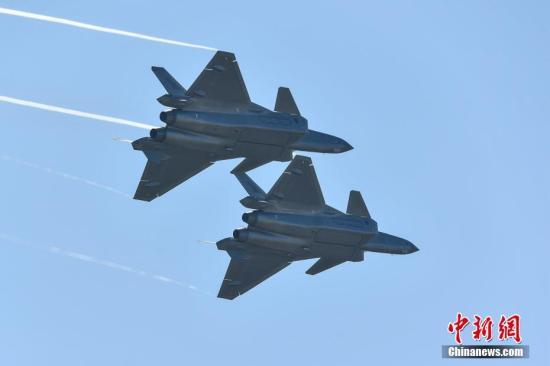 11月6日,歼-20进走飞走外演。当日,第十二届中国国际航空航天博览会在珠海开幕。中新社记者 陈骥旻 摄