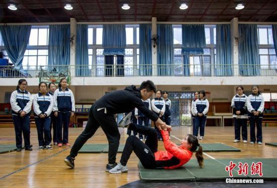 资料图:体育教师范菲菲教女学生们练习女子防身术。受到学生们欢迎。<a target='_blank' href='http://www.chinanews.com/'>中新社</a>记者 张畅 摄
