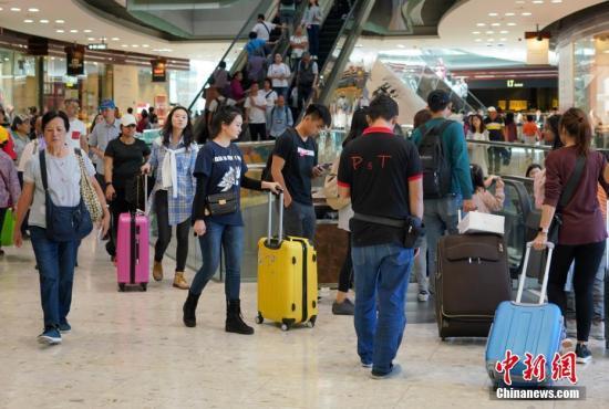 资料图:内地游客在位于香港东涌的大型购物中心购物。<a target='_blank' href='http://www.chinanews.com/'>中新社</a>记者 张炜 摄