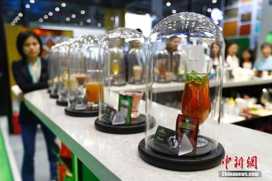 11月6日,进博会食品及农产品展区内的英式红茶吸引观众。11月5日,首届中国国际进口博览会在上海开幕,来自130多个国家和地区的3000多家企业前来参展。<a target='_blank' href='http://www-chinanews-com.hrhgj.com/'>中新社</a>记者 富田 摄