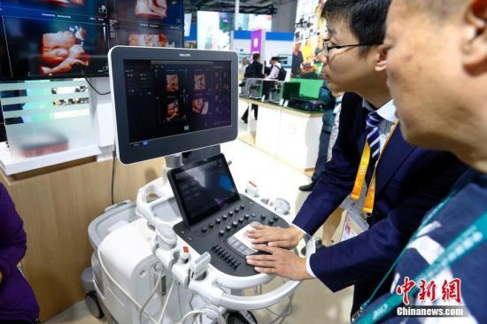 11月6日,彩超设备亮相进博会医疗器械及医药保健展区飞利浦展台,吸引观众驻足。11月5日,首届中国国际进口博览会在上海开幕,来自130多个国家和地区的3000多家企业前来参展。<a target='_blank' href='http://www.chinanews.com/'>中新社</a>记者 富田 摄