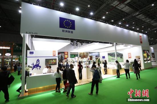 11月6日,首屆中國國際進口博覽會歐盟展位在上海揭幕,展位上歐盟多國帶來瞭廚藝表演、美食品嘗等推介活動,吸引參觀者駐足。中新社記者 張亨偉 攝