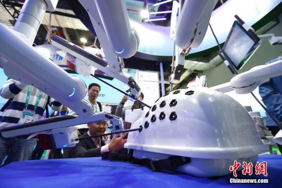 11月6日,达芬奇Xi手术系统亮相进博会医疗器械及医药保健展区。11月5日,首届中国国际进口博览会在上海开幕,来自130多个国家和地区的3000多家企业前来参展。<a target='_blank' href='http://www-chinanews-com.look-3d.com/'>中新社</a>记者 富田 摄