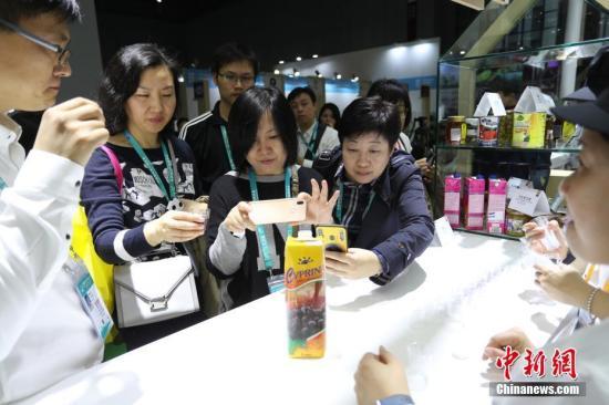 11月6日,首届中国国际进口博览会欧盟展位在上海揭幕,展位上欧盟多国带来了厨艺表演、美食品尝等推介活动,吸引参观者驻足。<a target='_blank' href='http://www.chinanews.com/'>中新社</a>记者 张亨伟 摄