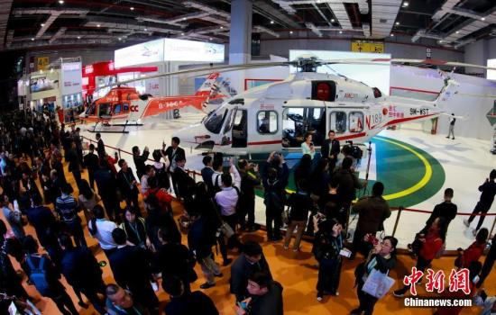 11月6日,在上海举行的首届中国国际进口博览会上,被誉为中国国际进口博览会上最贵展品的AW189型直升机吸引参观者驻足。据悉,AW189型直升机单体价值达到了2亿元人民币。中新社记者 杜洋 摄