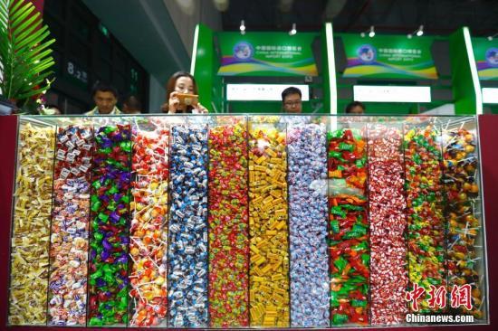 材料图:进专会食物及农产物展区内各色糖果吸收不雅寡。a target='_blank' href='http://www.chinanews.com/'种孤社/a记者 富田 摄
