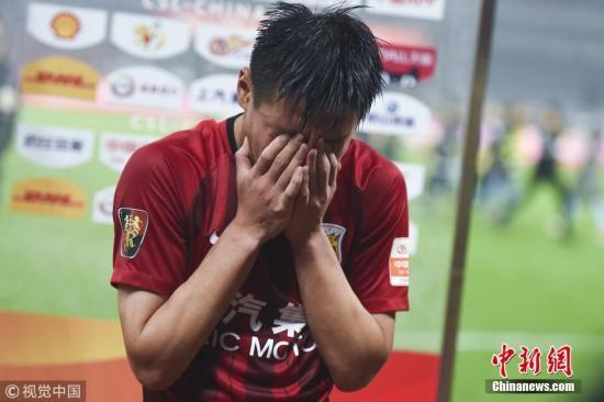 图为武磊赛后接受采访喜极而泣。图片来源:视觉中国
