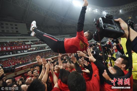 图为上港队庆祝夺冠。图片来源:视觉中国