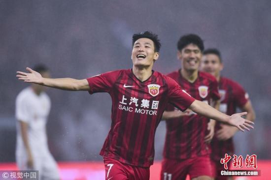 11月7日,在刚刚结束的中超联赛第29轮上海上港主场迎战北京人和的比赛中,上港队2:1击败对手,提前一轮加冕中超冠军,捧得中超冠军奖杯火神杯。图为武磊庆祝进球。图片来源:视觉中国