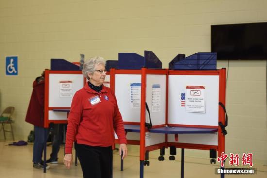 当地时间11月6日,美国举行2018年中期选举。此次选举将决定美国会参议院35个席位和众议院全部435个席位的归属。图为弗吉尼亚州阿灵顿县的一处投票点。中新社记者 刁海洋 摄