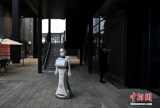 图为智能机器人成场馆引导员,可以直接语音对话。 <a target='_blank' href='http://www.chinanews.com/' >中新网</a>记者 李骏 摄
