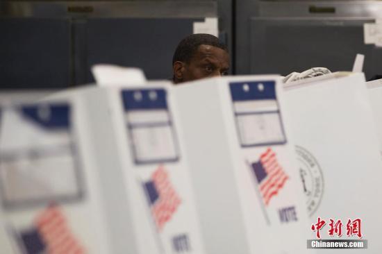 当地时间11月6日,美国2018年中期选举投票日,一位选民在位于纽约布朗克斯区的投票站填写选票。<a target='_blank' href='http://www-chinanews-com.chaoshanbao.com/'>中新社</a>记者 廖攀 摄