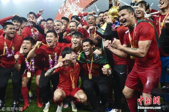 资料图:11月7日,在刚刚结束的中超联赛第29轮上海上港主场迎战北京人和的比赛中,上港队2:1击败对手,提前一轮加冕中超冠军,捧得中超冠军奖杯火神杯。图为上港队球员举杯庆祝。图片来源:视觉中国