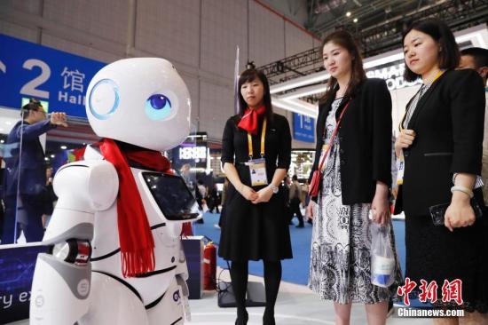 进博会上的机器人。殷立勤 摄