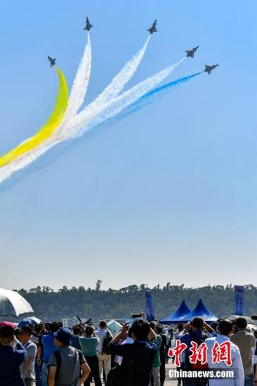 观众在第十二届中国航展上观看中国人民解放军空军八一飞行表演队的飞行表演。/p记者 陈骥旻 摄