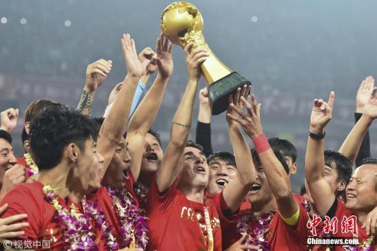 资料图:中超联赛第29轮上海上港队2:1击败北京人和,提前一轮加冕中超冠军,捧得中超冠军奖杯火神杯。图片来源:视觉中国