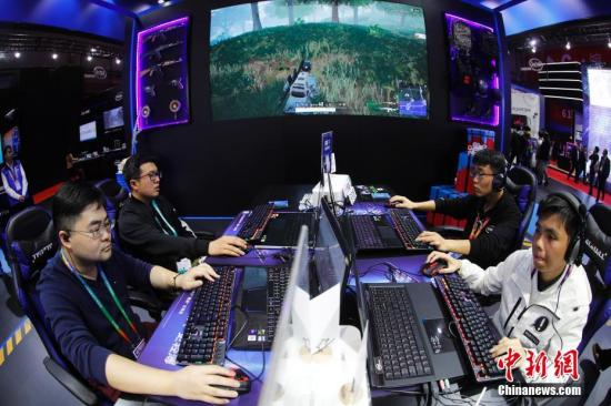 11月8日,在上海举行的首届中国国际进口博览会上,电子竞技相关产品受人关注,参观者现场体验电竞乐趣。中新社记者 杜洋 摄