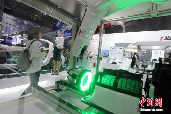 11月8日,中国国际进口博览会上,世界汽车零部件及系统的顶级供应商电装DENSO在展区推介展品。记者 毛建军 摄