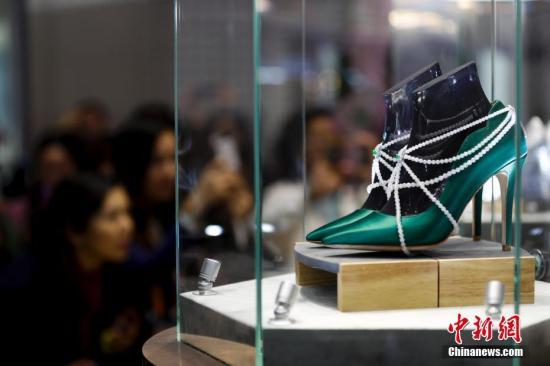 11月8日,在上海举行的首届中国国际进口博览会上,英国珠宝鞋吸引参观者。中新社记者 杜洋 摄