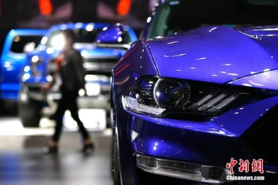11月8日,上海,在进博会汽车展区,福特公司野马跑车吸引参观者目光。<a target='_blank' href='http://www-chinanews-com.hottopmold.com/'>中新社</a>记者 富田 摄