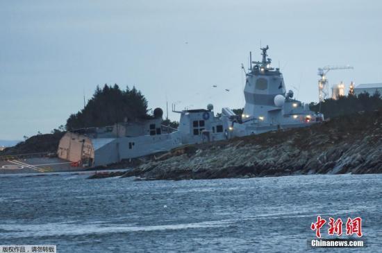 当地时间11月8日,挪威海军一艘护卫舰与一艘油轮在挪威Oygarden水域海岸附近相撞,造成7人受轻伤。据报道,发生事故的海军军舰上有137人,油轮上有23人,伤者主要是油轮的船员。救援队伍表示,目前暂无油轮受损或泄露的消息。