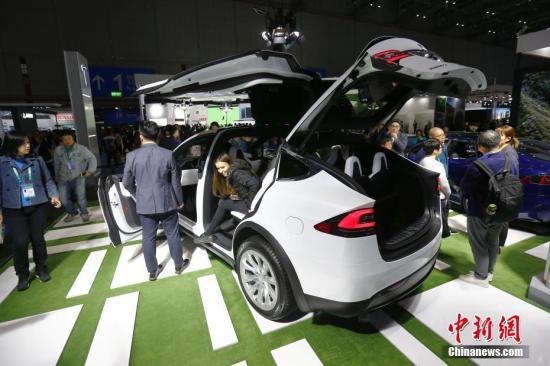 11月8日,上海,在进博会汽车展区,特斯拉公司Model X吸引参观者目光。<a target='_blank' href='http://www-chinanews-com.0751fy.com/'>中新社</a>记者 富田 摄