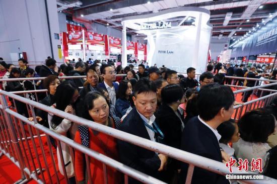 11月9日,观众在展馆内参观。在上海举行的首届中国国际进口博览会9日至10日安排团体观众实名制观展。图为参观者井然有序排队观展。<a target='_blank' href='http://www.chinanews.com/'>中新社</a>记者 殷立勤 摄