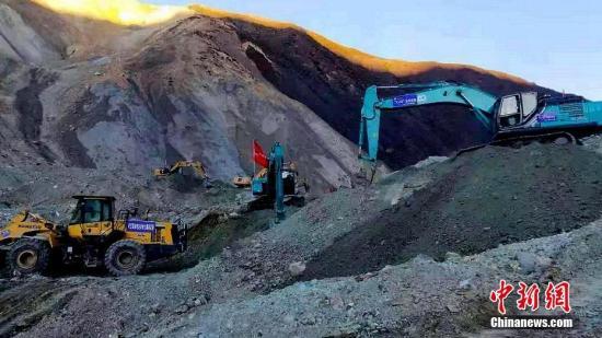 挖掘机等设备在金沙江堰塞湖坝体上开展排险作业。文/江飞波 何蓬磊 昌都市应急办 供图