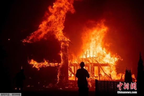 当地时间11月8日,美国加州Paradise发生火灾,烈火熊熊。在大风和低湿度的推动下,火势迅速蔓延,已席卷了周边城镇。在短短几小时内,超过1.8万英亩的土地被烧毁,一家医院、一个加油站和几十所房屋也被烧毁。
