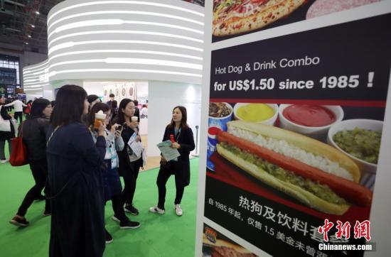 11月9日,在上海举行的首届中国澳门赌场玩法进口博览会上,观众在展厅参观。当日,进博会迎来首批社会团体观众。/p中新社记者 杜洋 摄