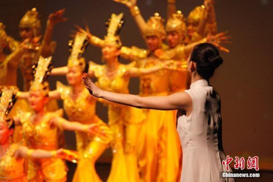 """当地时间11月8日晚,在加拿大大多伦多地区密西沙加市,中国残疾人艺术团在《""""舞动中国""""・我的梦》加拿大巡演首场演出中再现经典节目《千手观音》。此次巡演由中国对外文化集团公司、加中文化发展协会主办,还将在多伦多、蒙特利尔、渥太华献演三场。<a target='_blank' href='http://www-chinanews-com.breakingnewsthemovie.com/'>中新社</a>记者 余瑞冬 摄"""
