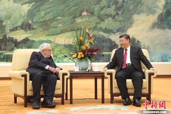 11月8日,中国国家主席习近平在北京人民大会堂会见美国前国务卿基辛格。<a target='_blank' href='http://www-chinanews-com.jnaiyige.com/'>中新社</a>记者 盛佳鹏 摄