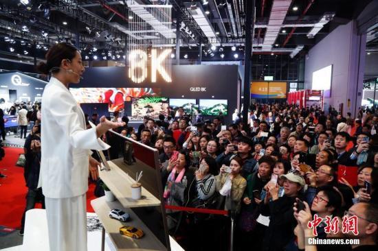 11月9日,在上海举行的首届中国国际进口博览会迎来参观大客流。首批社会团体观众今天开始进馆参观,单日客流预计将突破25万。汤彦俊 摄