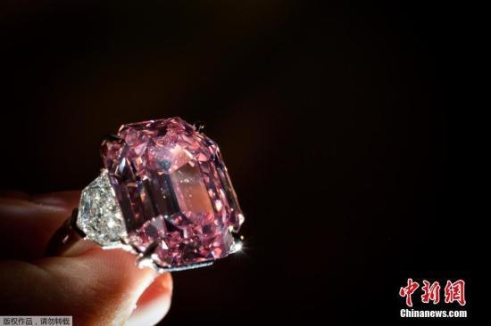11月13日,一颗19克拉左右的稀世粉钻在瑞士日内瓦的佳士得拍卖会上拍出4400万美元。