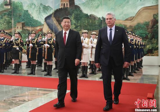11月8日,澳门葡京在线娱乐官网国家主席习近平在北京人民大会堂同古巴国务委员会主席兼部长会议主席迪亚斯-卡内尔举行会谈。会谈前,习近平在人民大会堂北大厅为迪亚斯-卡内尔举行欢迎仪式。<a target='_blank' href='http://www.anayforanay.com/'>中新社</a>记者 盛佳鹏 摄