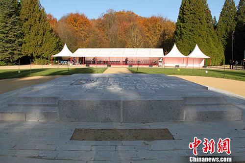 第一次世界大战结束100周年之际,/p中新社记者于当地时间11月8日来到100年前这场大战的停战之地贡比涅森林。图为位于停战之地中央的一块纪念碑。纪念碑后方是为法国总统马克龙和德国总理默克尔到访而临时搭建的白色帐篷。他们将于11月10日联袂到访这里,出席纪念一战结束100周年的特别活动。中新社记者 李洋 摄