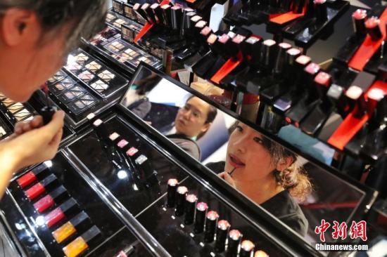 资料图:首届进博会上,化妆品展台前不少爱美女性前来试妆。张亨伟 摄