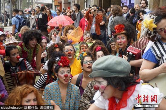 """当地时间2018年11月9日,巴西圣保罗举办国际女小丑大会,大约50名女性小丑参加""""欢笑、爱和反抗""""游行,为人们送去欢乐。图片来源:Sipaphoto版权作品 禁止转载"""