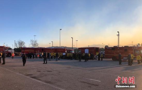 当地时间11月9日清晨,美国加利福尼亚州南部文图拉郡等地熊熊山火已延烧逾万英亩,包括该郡第二大城市千橡树市在内很多地方房屋被毁,高速公路封闭,居民紧急疏散。临近的洛杉矶郡圣盖博市警察局派遣警官驰援,保护当地居民和财产安全。图为文图拉郡火场附近多辆消防车集结。中新社发 日瓦戈 摄