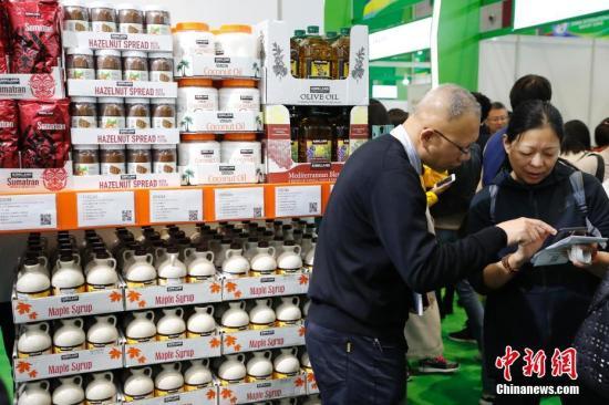 11月10日,首届中国国际进口博览会食品及农产品展区,参观者与商家交流商品信息。<a target='_blank' href='http://www-chinanews-com.yrfanyi.com/'>中新社</a>记者 殷立勤 摄