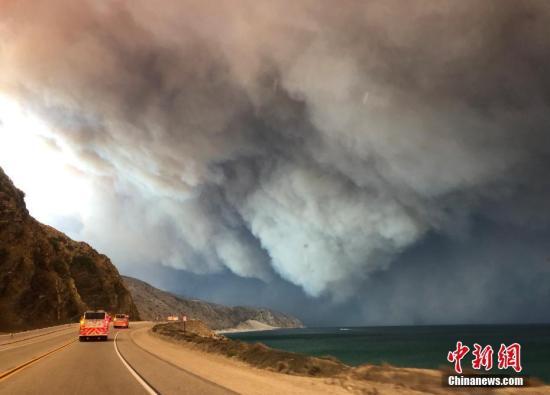 当地时间11月9日下午,美国加利福尼亚州南部文图拉郡(Ventura County)等地熊熊山火已延烧逾万英亩,浓烟遮天蔽日。<a target='_blank' href='http://www.chinanews.com/'>中新社</a>发 日瓦戈 摄