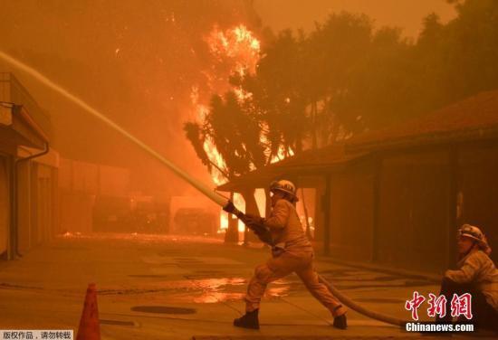 消防员已经放弃扑救,重点关注人员救援,帮助居民从脱险。