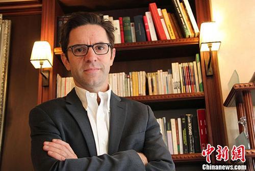 巴黎和平论坛主席贾斯廷•瓦伊斯近日在巴黎接受<a target='_blank' href='http://www.chinanews.com/'>中新社</a>记者专访,阐述本次论坛的宗旨和目标,指出法中两国在共同推动全球治理和捍卫多边主义与全球化方面可以在很多领域展开合作。在第一次世界大战结束100周年之际,法国倡议召开巴黎和平论坛。法国官方称,论坛旨在有效促进在全球重大问题上更好地开展国际合作,实现更加公平公正的全球化,建设更有效的多边体系。<a target='_blank' href='http://www.chinanews.com/'>中新社</a>记者 李洋 摄